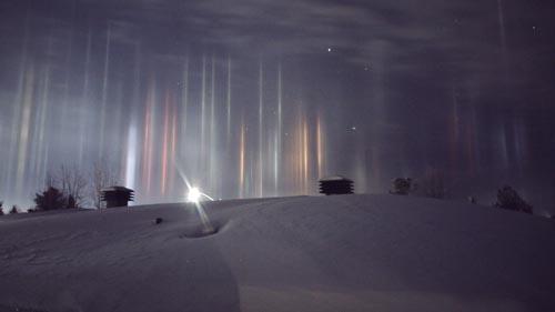 Những cột sáng kỳ ảo xuyên qua bầu trời đêm ở Canada - 2