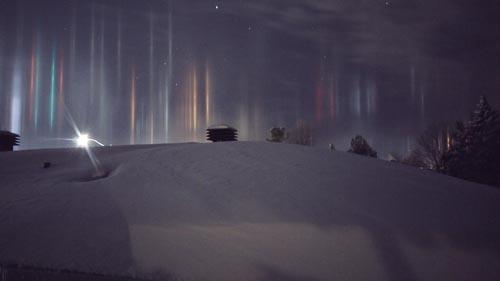 Những cột sáng kỳ ảo xuyên qua bầu trời đêm ở Canada - 4