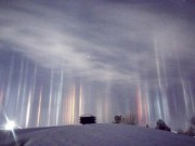 Những cột sáng kỳ ảo xuyên qua bầu trời đêm ở Canada