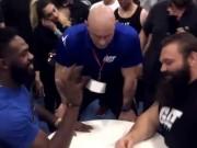 Thể thao - Vật tay: Nhà vô địch UFC thua tức tưởi VĐV cử tạ