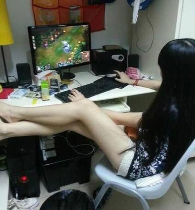 Chơi game là phải ngồi cho thoải mái chứ.