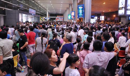 Biển người đón Việt Kiều ở sân bay Tân Sơn Nhất lúc nửa đêm - 1