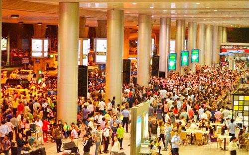 Biển người đón Việt Kiều ở sân bay Tân Sơn Nhất lúc nửa đêm - 2