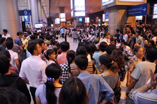 Biển người đón Việt Kiều ở sân bay Tân Sơn Nhất lúc nửa đêm - 3