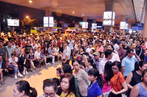 Biển người đón Việt Kiều ở sân bay Tân Sơn Nhất lúc nửa đêm - 4