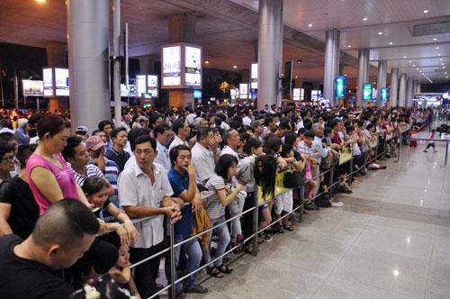 Biển người đón Việt Kiều ở sân bay Tân Sơn Nhất lúc nửa đêm - 6