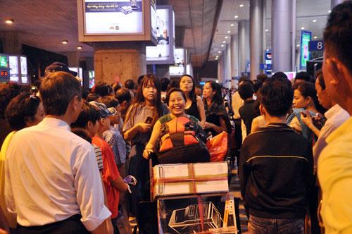 Biển người đón Việt Kiều ở sân bay Tân Sơn Nhất lúc nửa đêm - 8