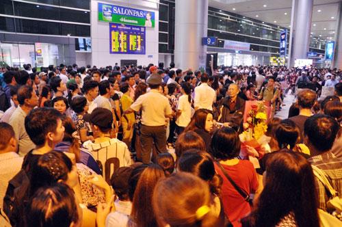 Biển người đón Việt Kiều ở sân bay Tân Sơn Nhất lúc nửa đêm - 9