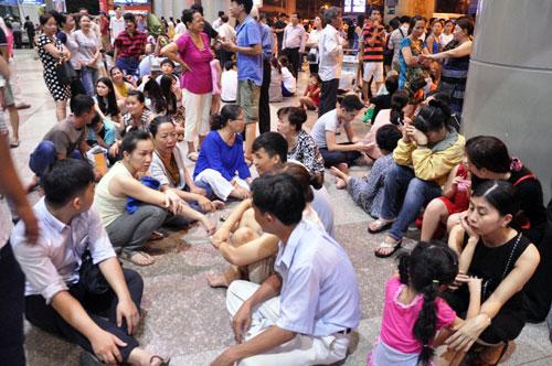 Biển người đón Việt Kiều ở sân bay Tân Sơn Nhất lúc nửa đêm - 11