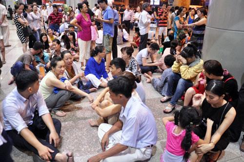 Biển người đón Việt Kiều ở sân bay Tân Sơn Nhất lúc nửa đêm - 13