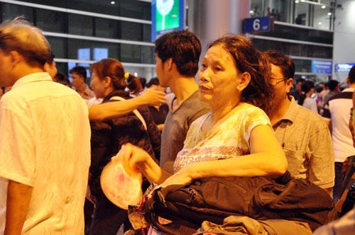Biển người đón Việt Kiều ở sân bay Tân Sơn Nhất lúc nửa đêm - 10