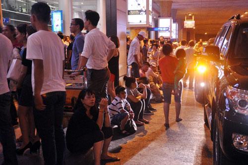 Biển người đón Việt Kiều ở sân bay Tân Sơn Nhất lúc nửa đêm - 17