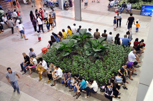 Biển người đón Việt Kiều ở sân bay Tân Sơn Nhất lúc nửa đêm - 15