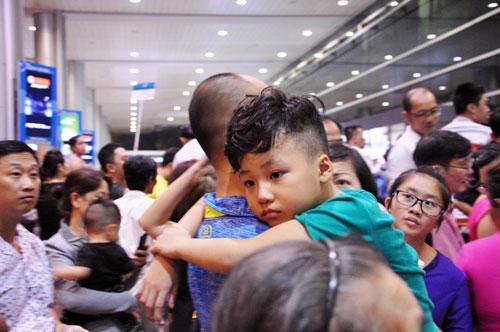 Biển người đón Việt Kiều ở sân bay Tân Sơn Nhất lúc nửa đêm - 14