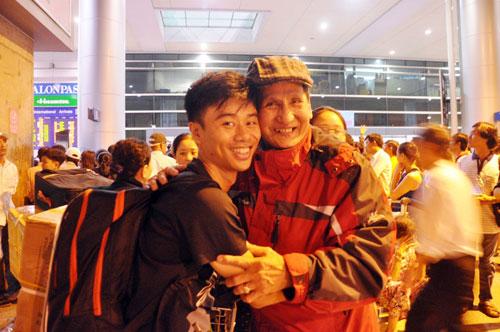 Biển người đón Việt Kiều ở sân bay Tân Sơn Nhất lúc nửa đêm - 18