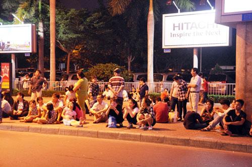 Biển người đón Việt Kiều ở sân bay Tân Sơn Nhất lúc nửa đêm - 16
