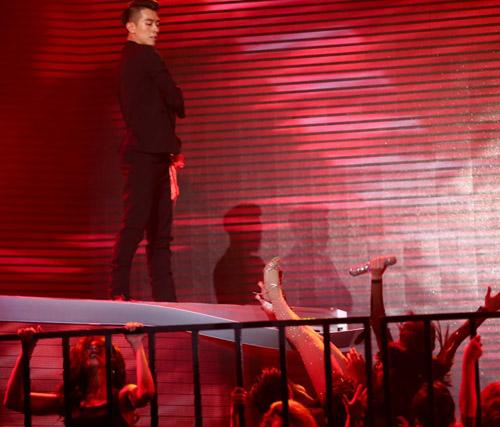 Thót tim với cú ngã từ độ cao 2m của Yến Trang tại The Remix - 4