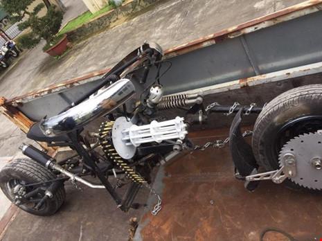 Đà Nẵng: Xe mô tô 'kỳ dị' gắn… 'khẩu đại liên 6 nòng' - 1