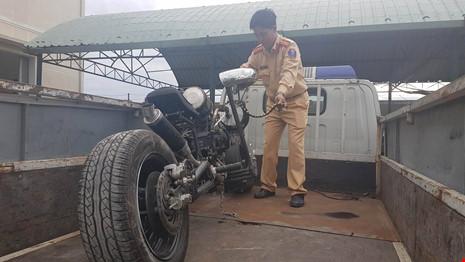 Đà Nẵng: Xe mô tô 'kỳ dị' gắn… 'khẩu đại liên 6 nòng' - 2