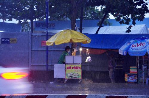 Mưa trái mùa đổ xuống Sài Gòn trong chiều cuối tuần - 4