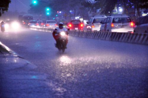 Mưa trái mùa đổ xuống Sài Gòn trong chiều cuối tuần - 3