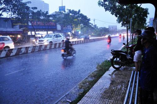 Mưa trái mùa đổ xuống Sài Gòn trong chiều cuối tuần - 6