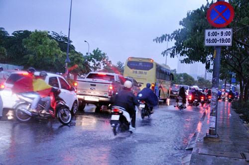 Mưa trái mùa đổ xuống Sài Gòn trong chiều cuối tuần - 5
