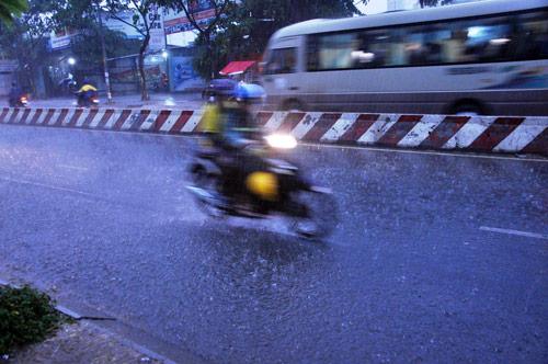 Mưa trái mùa đổ xuống Sài Gòn trong chiều cuối tuần - 2
