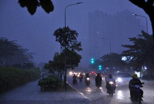 Mưa trái mùa đổ xuống Sài Gòn trong chiều cuối tuần - 1