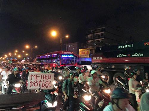 Mưa trái mùa đổ xuống Sài Gòn trong chiều cuối tuần - 9