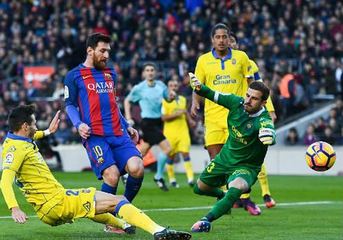 Phá lưới 35 đội ở Tây Ban Nha, Messi sánh ngang Raul - 1
