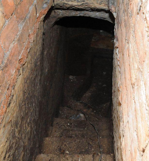 Nữ sinh Anh phát hiện hang động 200 tuổi dưới nhà thuê - 6
