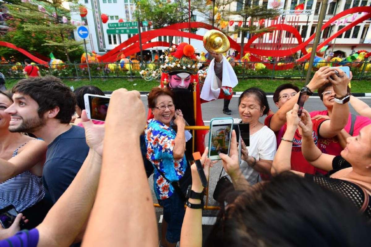 Khu phố Hoa ở Singapore trang trí rực rỡ đón Tết con gà - 9