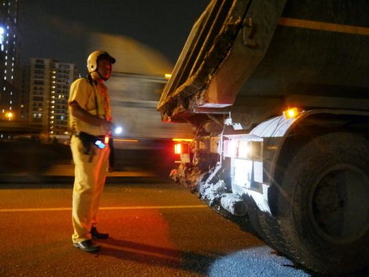 Vây bắt xe ben làm rơi vãi đất cát trên đường phố SG - 3