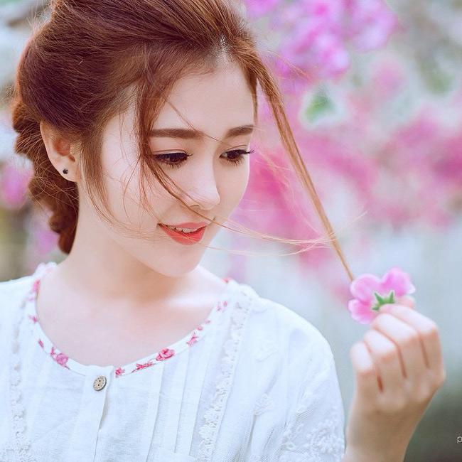 Ribi Sachi (tên thật là Nguyễn Thủy) đã góp phần làm nên thành công của ca khúc này. Với vẻ đẹp ngọt ngào, trong sáng, Ribi kết hợp ăn ý với ca sĩ Chi Dân tạo ra những thước phim tình cảm, lãng mạn.
