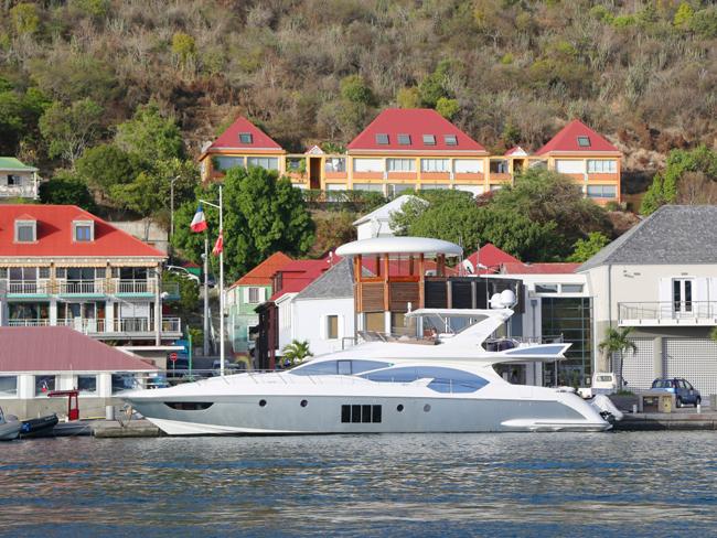 Những chiếc du thuyền triệu đô thuộc sở hữu cá nhân đang lênh đênh trên biển hay neo đậu bên bờ là hình ảnh rất quen thuộc tại đây.