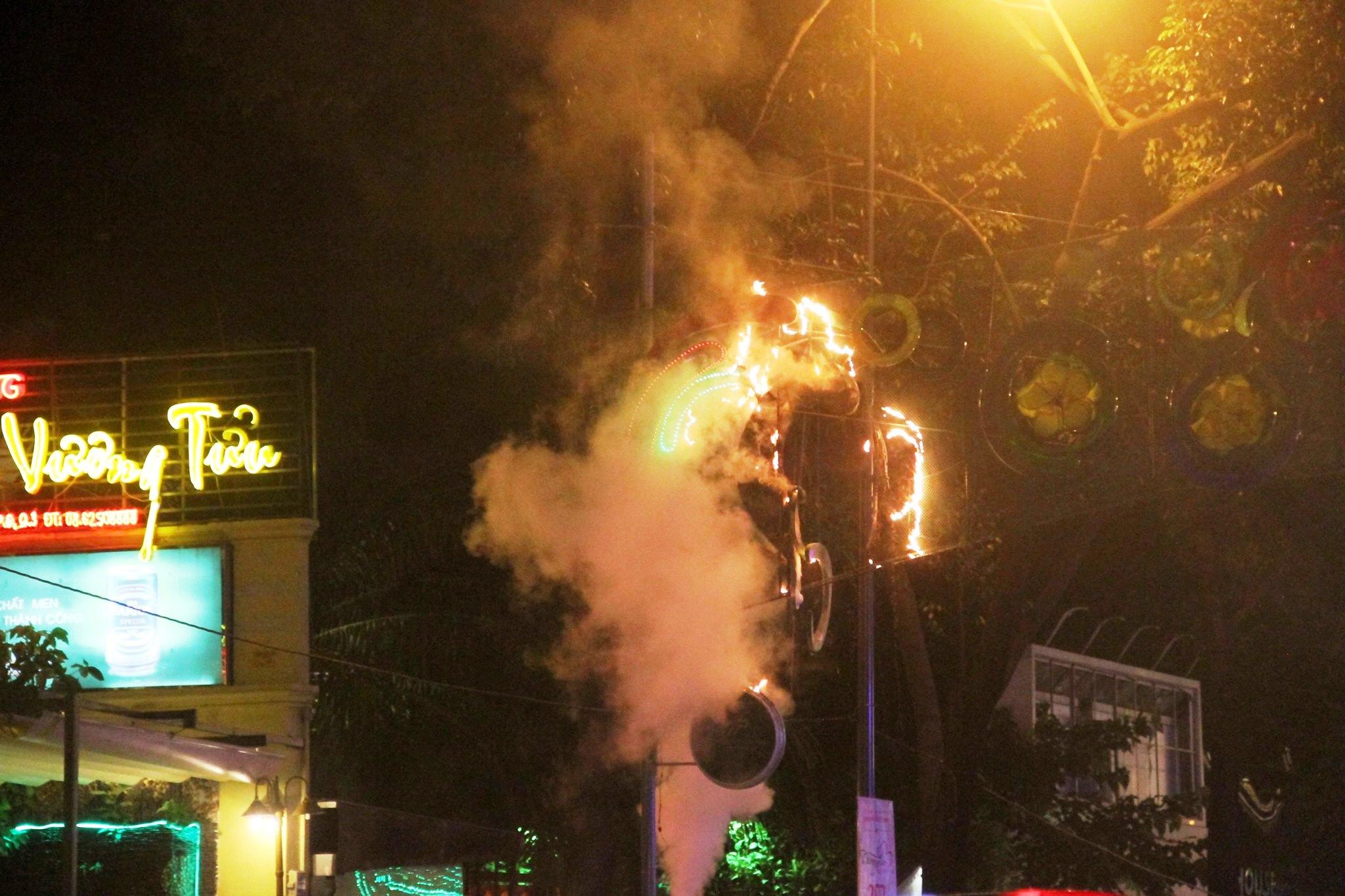 Cháy đèn trang trí Tết ở trung tâm Sài Gòn - 1