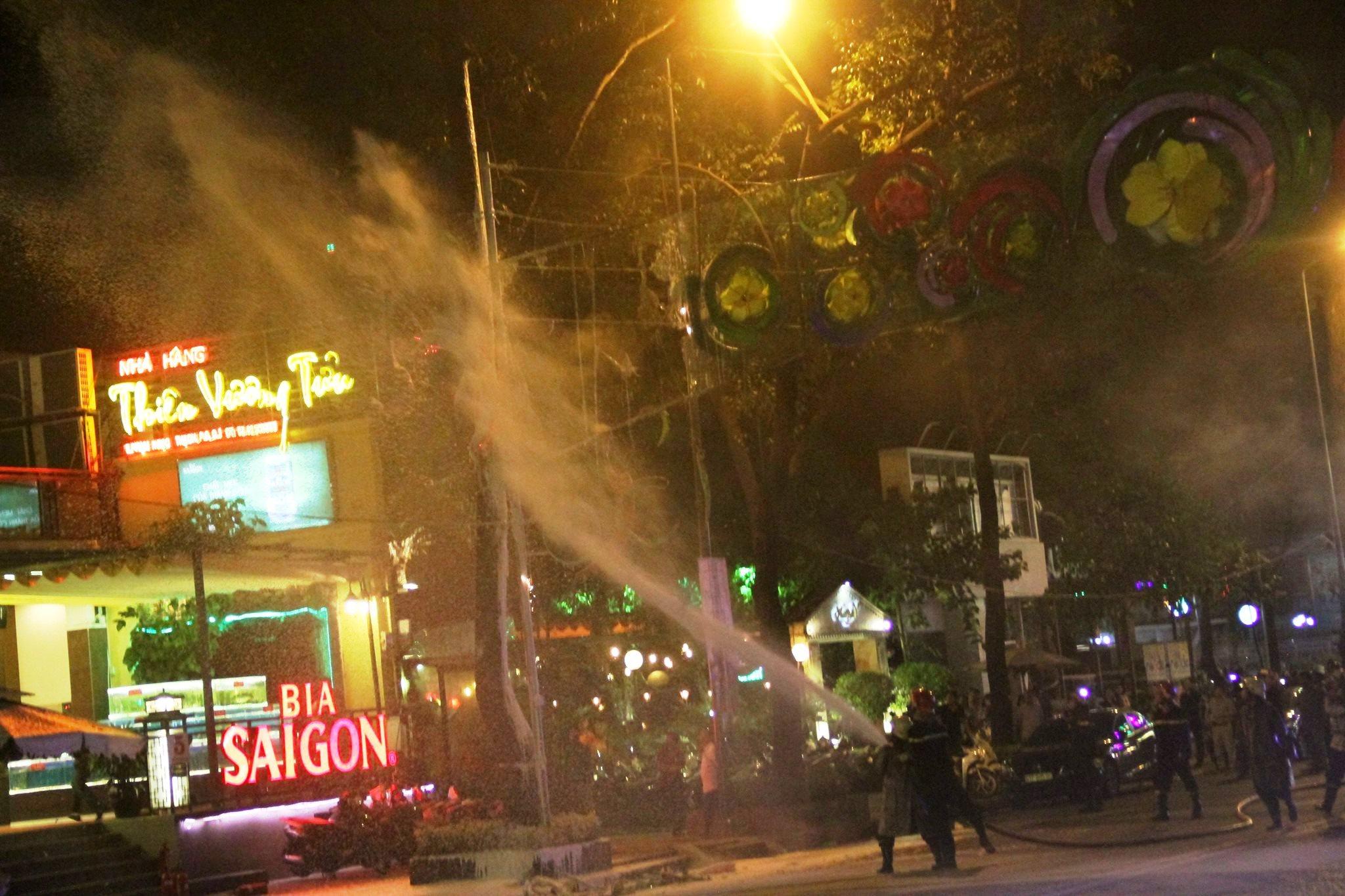 Cháy đèn trang trí Tết ở trung tâm Sài Gòn - 2