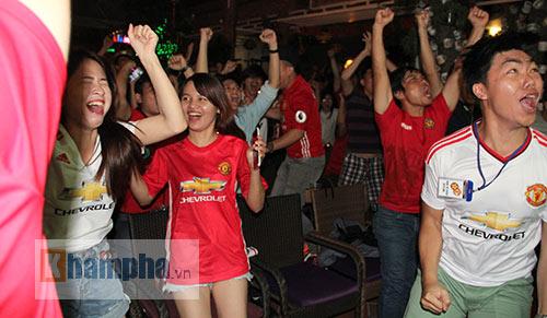 Fan MU hét khản giọng vì bàn thắng quý như vàng - 10