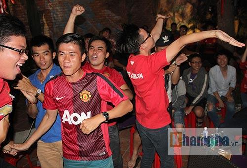 Fan MU hét khản giọng vì bàn thắng quý như vàng - 11