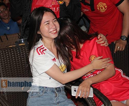 Fan MU hét khản giọng vì bàn thắng quý như vàng - 12