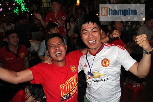 Fan MU hét khản giọng vì bàn thắng quý như vàng - 13