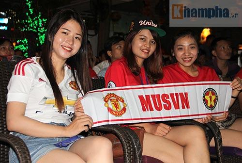 Fan MU hét khản giọng vì bàn thắng quý như vàng - 2