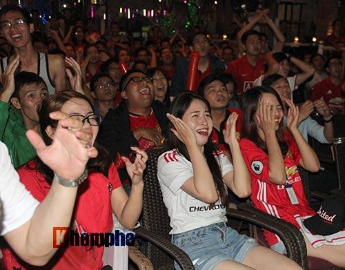 Fan MU hét khản giọng vì bàn thắng quý như vàng - 3