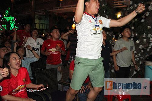 Fan MU hét khản giọng vì bàn thắng quý như vàng - 9