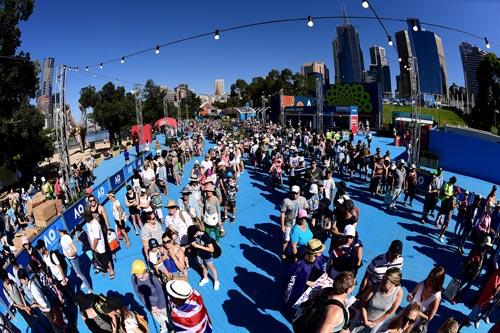 Australian Open 2017: Nóng hừng hực ngày khai màn - 1