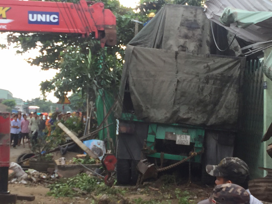 Xe container đâm vào nhà dân, 2 người thiệt mạng - 3