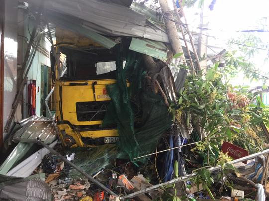 Xe container đâm vào nhà dân, 2 người thiệt mạng - 4
