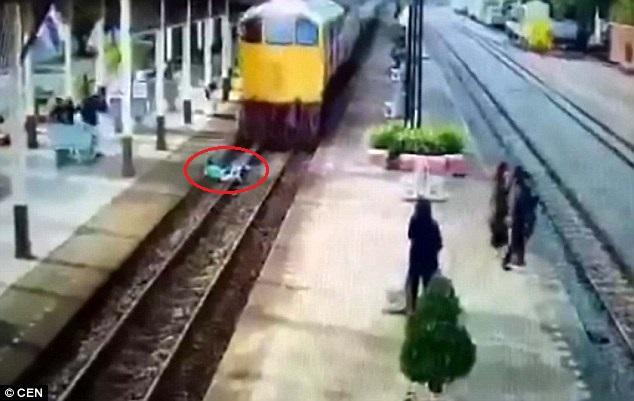 Thái Lan: Nằm im cho tàu hỏa cán qua rồi đứng dậy chạy - 1