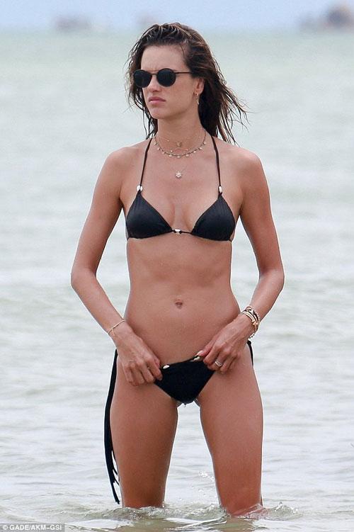 """Bộ sưu tập bikini nhỏ xíu cực đẹp của """"bom sex Brazil"""" - 1"""
